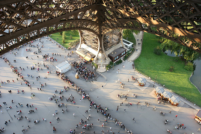 eiffel-tower-crowd