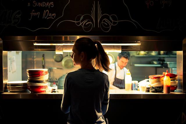 نور کم در رستوران